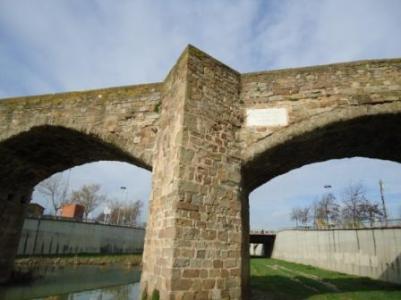 El pont del Remei i la placa a 7,25 m de llit del Mèder