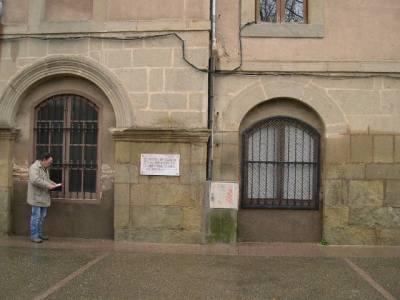 A la façana del Convent, a 1.35 m del terra.