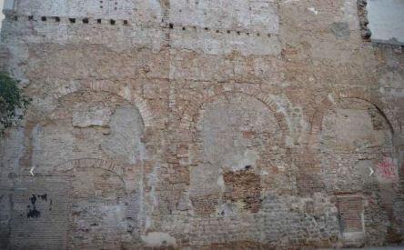 Aqueducte romà visible des del carrer Duran i Bas. Imatge de F Font