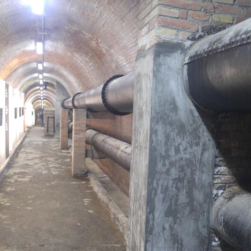 Interior del túnel de connexió entre les dues cases d'aigua. Canonades d'impulsió i retorn.